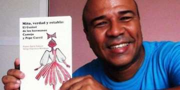 Rubén Darío with the book about Camejo and Carril. / Photo courtesy of the author.