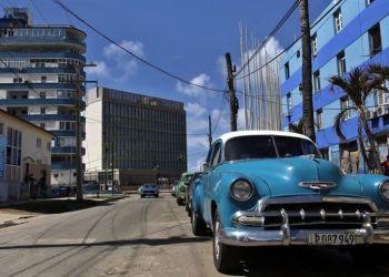 In the background, the U.S. embassy in Havana. Photo: Alejandro Ernesto / EFE.