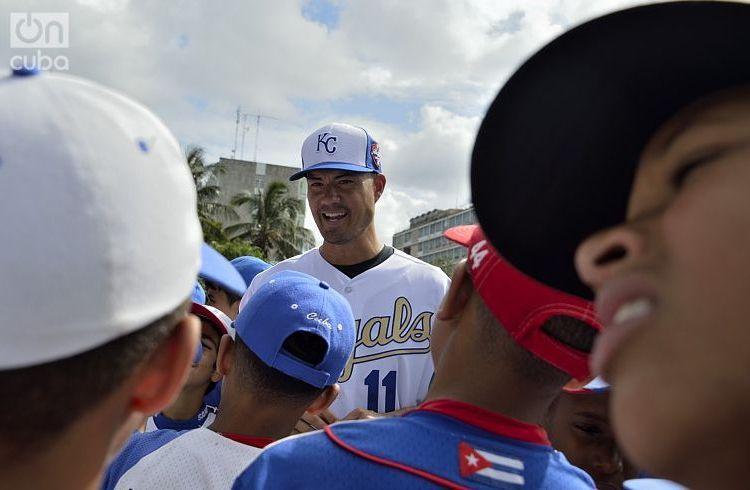 Jeremy Guthrie, a pitcher in 13 U.S. Major League Baseball seasons, chats with Cuban children. Photo: Otmaro Rodríguez.