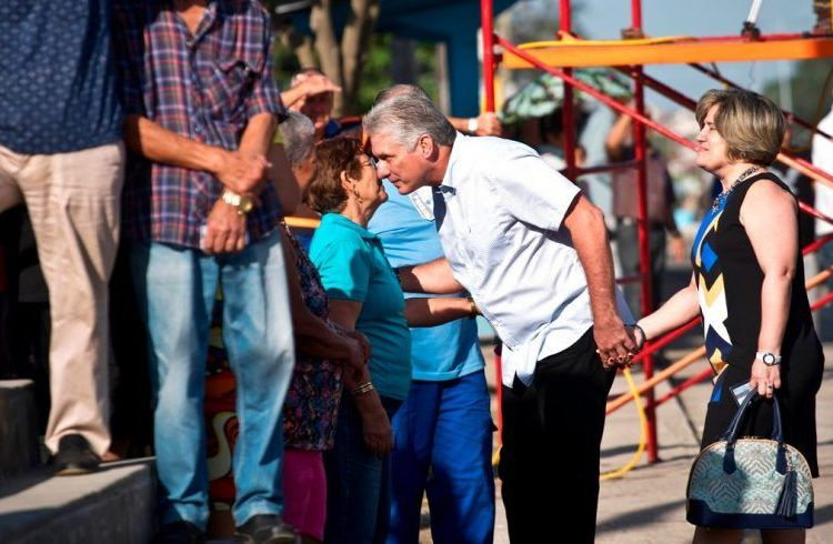 Miguel Díaz-Canel holding hands with his wife Lis Cuesta, talks to voters on March 11, 2018. Photo by Ramón Espinosa / AP.