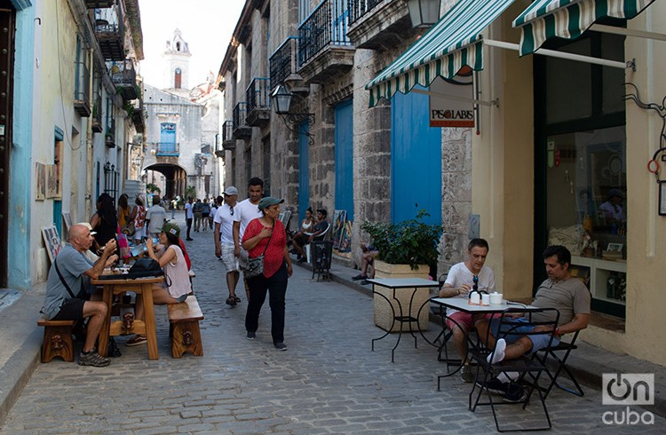 Tourists in Old Havana. Photo: Otmaro Rodríguez.