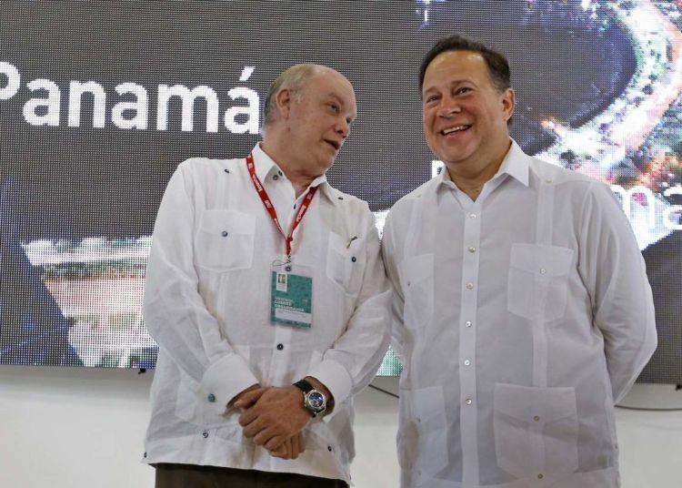Panamanian President Juan Carlos Varela (r) and Cuban Minister of Foreign Trade Rodrigo Malmierca (l) during the inauguration of Panama's pavilion on Tuesday October 30, 2018 on the second day of the 36th Havana International Trade Fair (FIHAV 2018). Photo: Ernesto Mastrascusa / EFE.