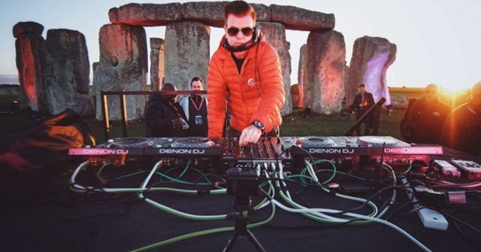 Paul Oakenfold during his performance in the Stonehenge prehistoric monument. Photo: discjockeys.es.