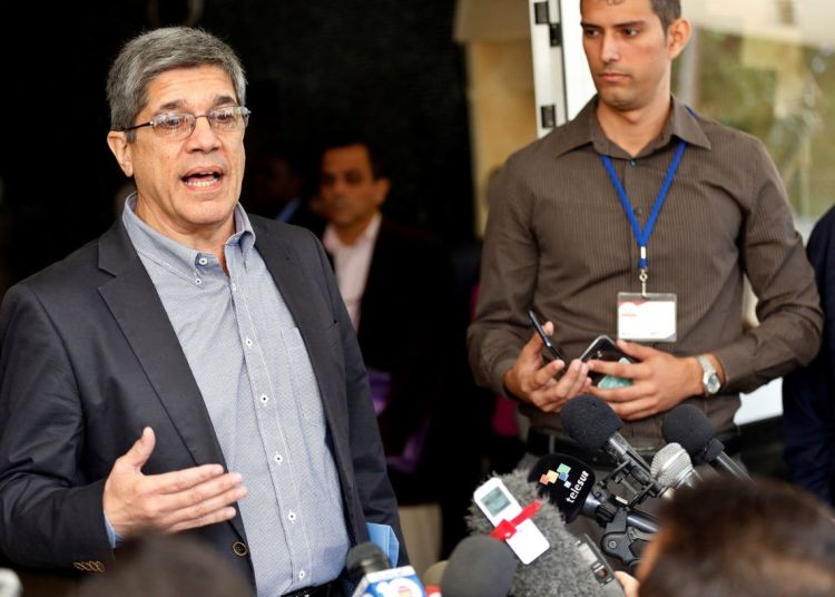 The director for the United States in the Cuban Foreign Ministry, Carlos Fernández de Cosio, speaking to the press on Wednesday, December 12, 2018, outside the Institute of International Relations (ISRI) of Havana. Photo: Ernesto Mastrascusa / EFE.