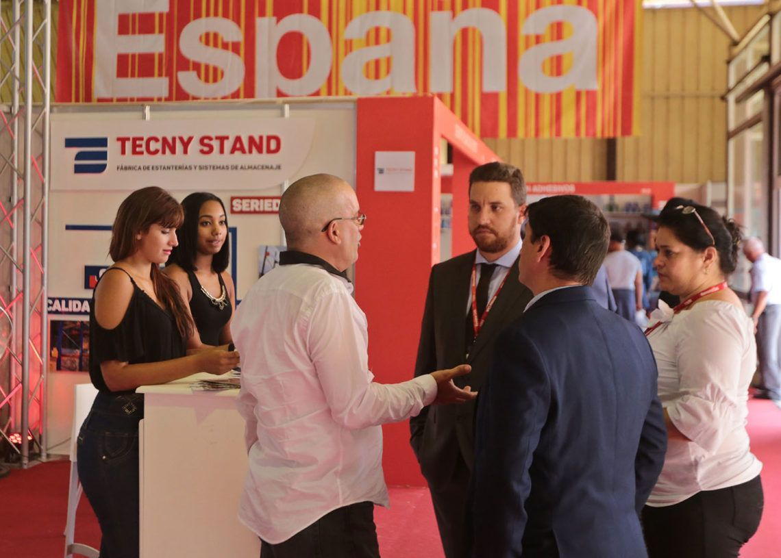 Businesspeople and visitors hold talks in the Spanish pavilion at the FIHAV 2018 Havana International Trade Fair. Photo: Yander Zamora / EFE.