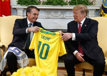 In the Oval Office of the White House, Brazilian President Jair Bolsonaro giving President Donald Trump a soccer jersey of the Brazilian national team, Tuesday, March 19, 2019, in Washington, D.C. Photo: Evan Vucci / AP.