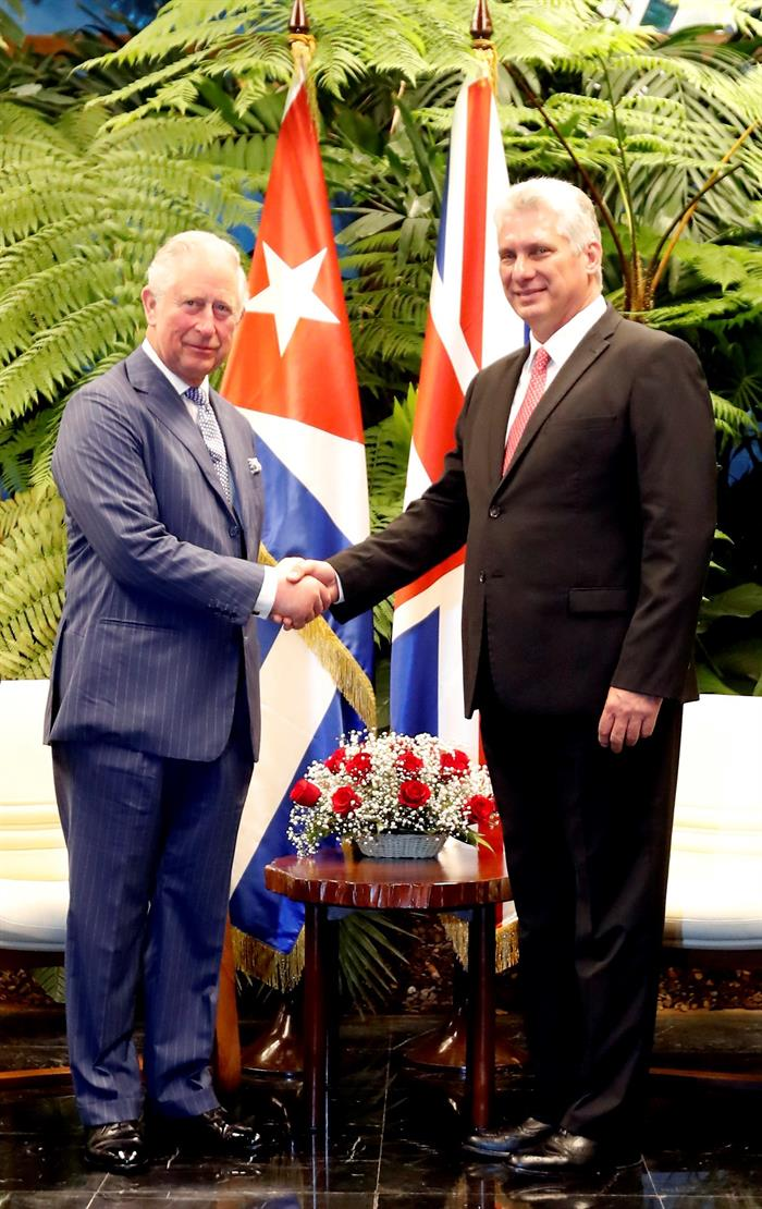 Greetings between Prince Charles and Cuban President Miguel Díaz-Canel, in Havana, March 25, 2019. Photo: EFE.
