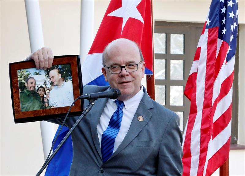 U.S. Congressman James McGovern shows a photograph of one of his meetings with Fidel Castro, during the inauguration ceremony this Saturday of the Ernest Hemingway Museum Restoration Center in Havana. Photo: Ernesto Mastrascusa/EFE.