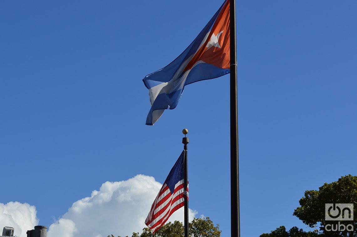 Cuban and U.S. flags in Miami. Photo: Marita Pérez Díaz.