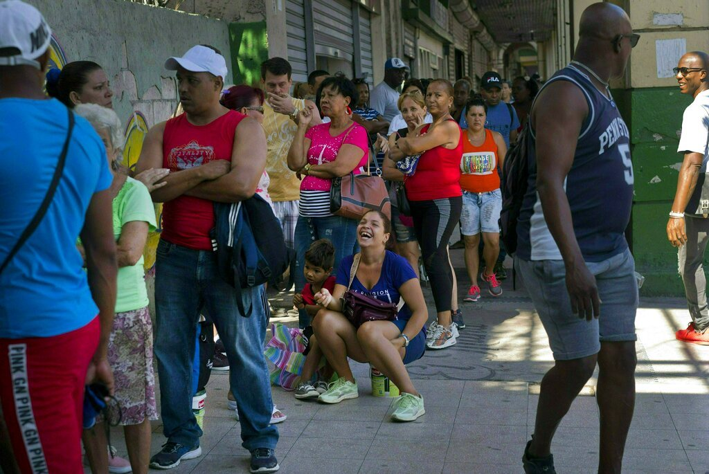 Line to buy chicken in a store in Havana, on Wednesday, April 17, 2019. Photo: Ramón Espinosa/AP.