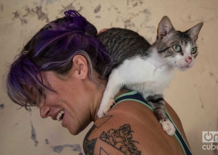 Lis Núñez with one of her cats. Photo: Otmaro Rodríguez.