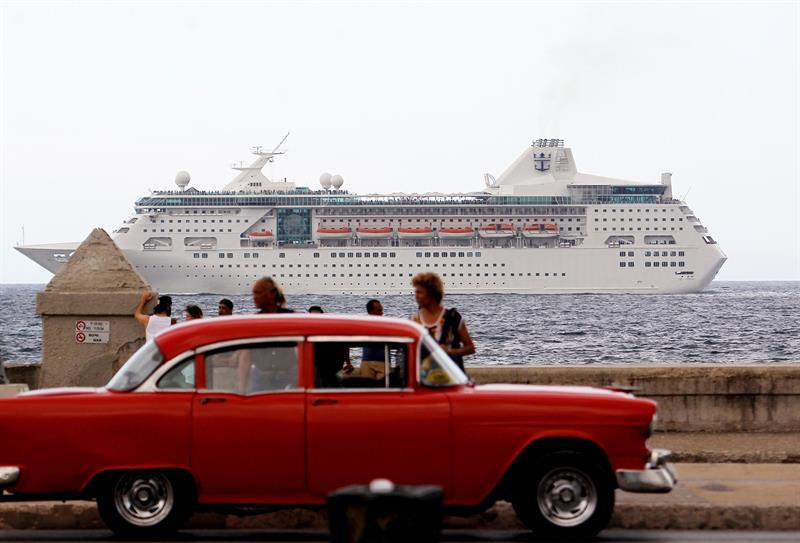 Archive photo from May 22, 2017 shows a cruise ship with tourists passing in front of Havana's Malecon (Cuba). The U.S. government announced today that it will ban cruise trips to Cuba, which is a major blow to the Cuban economy and to that thriving industry that had grown since the thaw started in 2014. EFE / Ernesto Mastrascusa