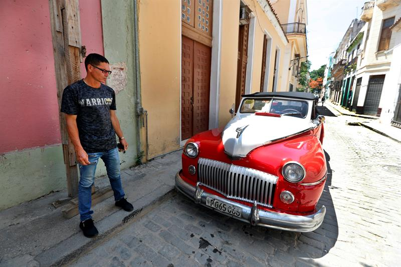 Julio César, driver of a classic car, answers EFE's questions, on June 4, 2019, in Havana, Cuba. Photo: Ernesto Mastrascusa / EFE.