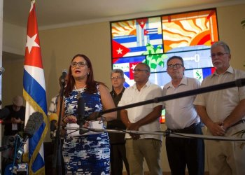 The deputy director for the United States of the Cuban Foreign Ministry (MINREX), Johana Tablada (l), speaks to the press in Havana about the study published by the University of Pennsylvania on Tuesday, July 23, 2019. Photo: Yander Zamora / EFE.