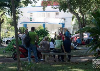 """Cubans queue up in front of the Panamanian embassy in Havana to request the """"shopping tourism card."""" Photo: Otmaro Rodríguez / Archive."""