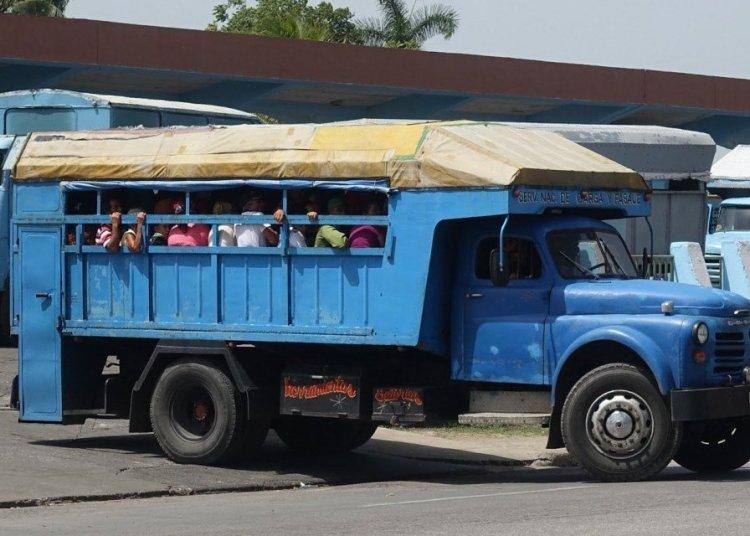 Private truck for passenger transportation in Cuba. Photo: sunkinindia.blogspot.com
