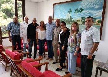 Cuban President Miguel Díaz-Canel (5th to the left) with relatives of surgeon Landy Rodríguez, one of the two Cuban doctors kidnapped more than three months ago in northern Kenya. Photo: @DiazCanelB / Twitter.