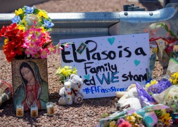 Flowers and a painting of the Virgin Mary for the victims of the mass shooting at a mall in El Paso, Texas. Photo: Andres Leighton / AP / Archive.