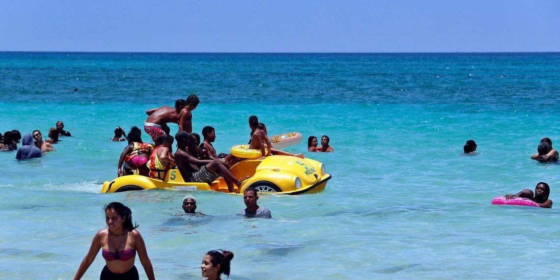 Going to the beach on this island is like going to a party. Photo: Ernesto Mastrascusa / EFE.