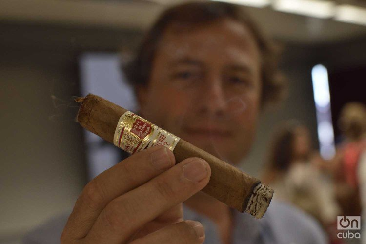 Vice President of Development of Habanos S.A. José María López Inchaurbe shows one of the famous Cuban cigars. Photo: Otmaro Rodríguez.