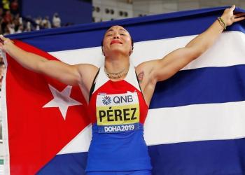 Doha crowns and elevates Yaimé Pérez. Photo: EFE / EPA / VALDRIN XHEMAJ