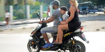 Electric mopeds through the streets of Havana. Photos: Abel Rojas Barallobre / Juventud Rebelde.