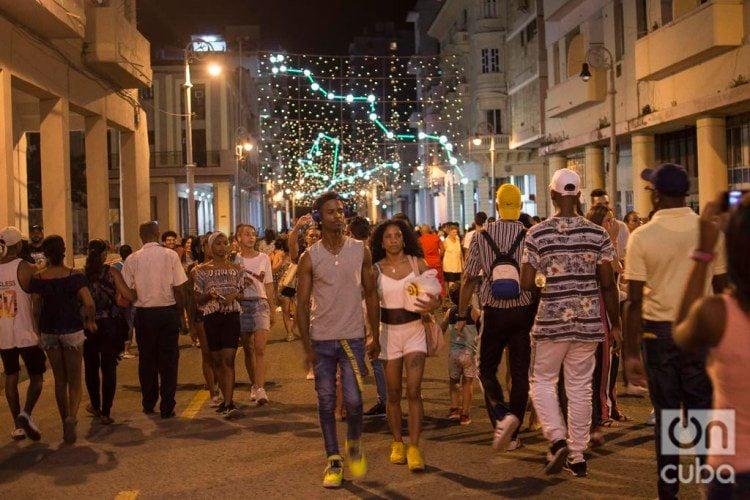 People flocked to Havana's Galiano Street to see the lights donated by the Italian city of Turin. Photo: Otmaro Rodríguez.