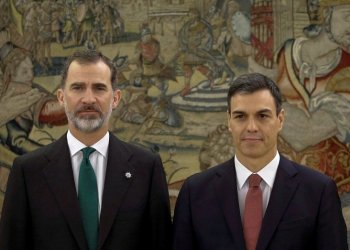 King Felipe VI and the acting president, leader of the PSOE, Pedro Sánchez. Photo: Emilio Naranjo/publico.es.