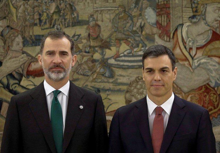 King Felipe VI and the acting president, leader of the PSOE, Pedro Sánchez. Photo: Emilio Naranjo/publico.es.