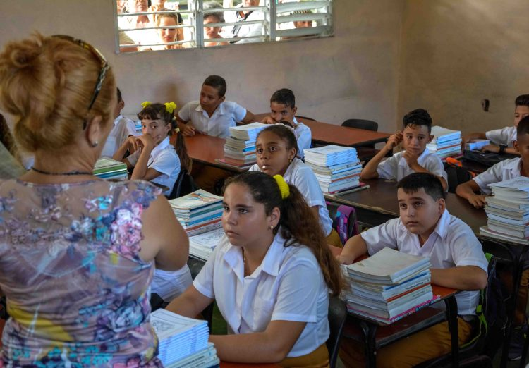 Junior High School in Cuba. Photo: Yaciel Peña / ACN / Archive.