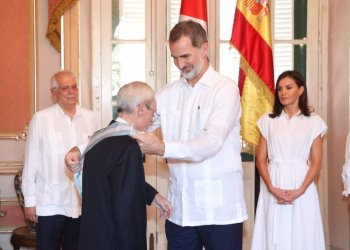 Felipe VI of Spain decorates historian Eusebio Leal with the Grand Cross of the Royal and Distinguished Spanish Order of Carlos III, in Havana's Palace of the Captains General, on November 13, 2019. Photo: @CasaReal / Twitter.