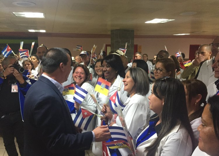 Cuban Minister of Public Health José Ángel Portal receives a group of Cuban doctors who worked in Ecuador, after the closing of the collaboration agreements between the two countries. Photo: @MINSAPCuba / Twitter.