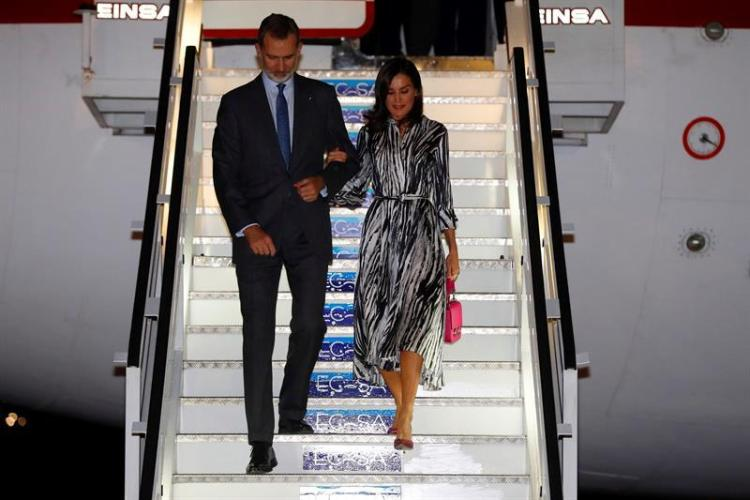 King Felipe VI and Queen Letizia on their arrival on the night of November 11 at José Martí International Airport in Havana, where they are beginning an official four-day trip to Cuba as part of the 500-year commemoration of the founding of Havana. Photo: Juan Carlos Hidalgo / EFE.