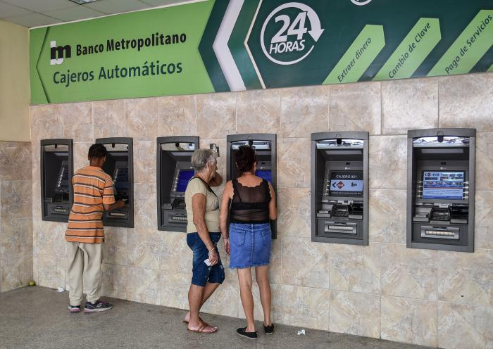 Cubans using ATM machines in Havana. Photo: Granma / Archive.