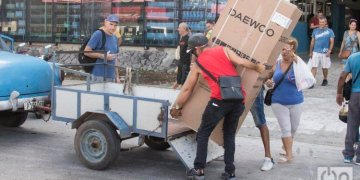 A man puts into a car a refrigerator purchased on Monday, October 28, 2019, in the Galerias de Paseo shopping center, in Havana, where on October 28, 2019, the sale of home appliances in foreign currency began through debit cards associated to bank accounts. Photo: Otmaro Rodríguez.