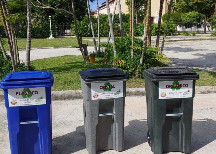 Garbage containers donated by the government of Qatar to schools in Havana. Photo: Courtesy of the Embassy of Qatar in Cuba.