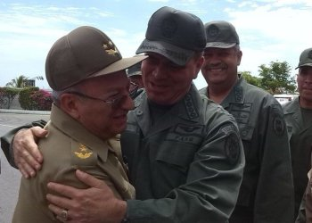 Army General Leopoldo Cintra Frías, Minister of the Revolutionary Armed Forces (FAR) of the Republic of Cuba, being received in 2015 by officers of the Bolivarian National Armed Forces of Venezuela. Photo: @ComgralAmb / Twitter.