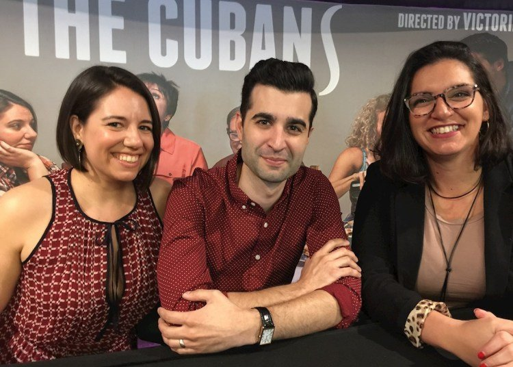 """The author of the play """"The Cubans,"""" Cuban-American playwright Michael León (c); director Victoria Collado (r), and actress Ashley Álvarez (l) during an interview with EFE news agency in Miami, Florida (USA), on January 20, 2020. Photo: Ana Mengotti / EFE."""