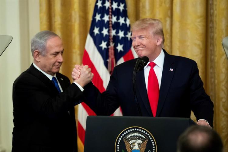"""U.S. President Donald Trump (r), along with Israeli Prime Minister Benjamin Netanyahu (l), during a ceremony at the White House in Washington, where Trump described his peace plan for the Middle East as a """"realistic solution of two States,"""" although he proposed to reserve for Israel part of the West Bank and Jerusalem as its """"integral capital."""" Photo: EFE/Michael Reynolds."""