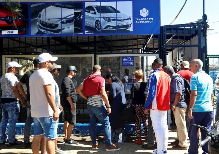 Several people line up for the purchase of second-hand cars in Havana, whose sale in freely convertible currency by the Cuban government began on Tuesday, February 25, 2020. Photo: Ernesto Mastrascusa / EFE.