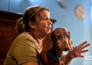 Animal rights activist in Cuba Violeta Rodríguez and her dog Segundo, during an interview with OnCuba. Photo: Otmaro Rodríguez.