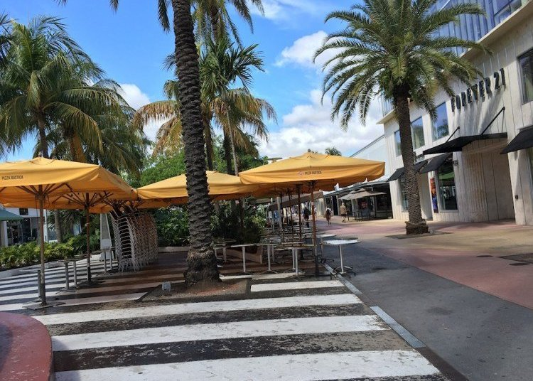 View of the Lincoln Road shopping street in Miami Beach, with all businesses closed. Photo: EFE / Ivonne Malaver