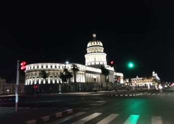 This area of Havana at night, completely empty. A rare sight. Photo: Juan Carlos Petrirena.