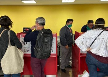 "On March 2, the correspondent in Cuba of the Reuters agency published this photo on her Twitter account ""No case of coronavirus had not been confirmed yet, but at the airport the staff is obliged to wear facial masks, and many travelers also use them.""  Photo: @reuterssarah"