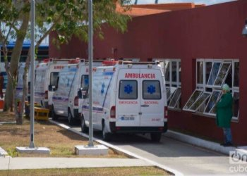 Ambulances during the transfer of passengers of the British cruise ship MS Braemar from the port of Mariel to José Martí International Airport. Photo: Otmaro Rodríguez