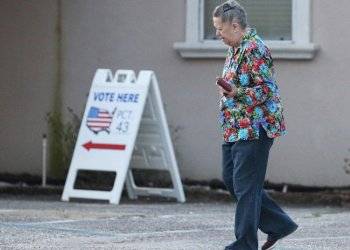 A woman goes to vote in the primaries in Pensacola, Florida, on March 17, 2020. Photo: Mike Kittrell/EFE