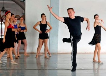 """Richard Dickinson in the rehearsal of """"Romeo and Juliet,"""" a Verb Ballets and Prodanza production. Photo: EFE"""