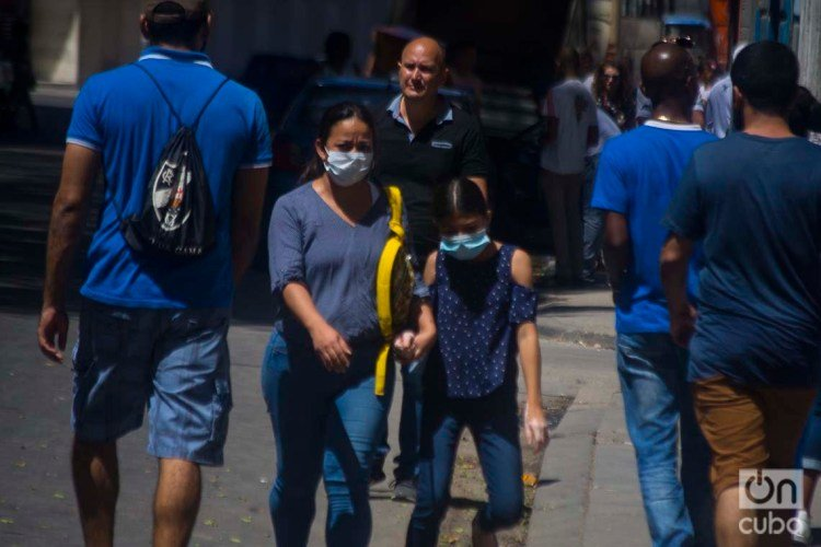 A mother and daughter using facemasks in Havana, as a protection measure against the COVID-19 pandemic. Photo: Otmaro Rodríguez.