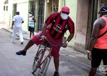 Havana: a man rides his bicycle to work in times of coronavirus. Photo: Otmaro Rodríguez