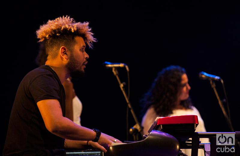 Jorge Luis Lagarza la acompañó al piano, junto a los también integrantes de Real Project Ruly Herrera y Roberto Luis. Foto: Claudio Pelaez Sordo.